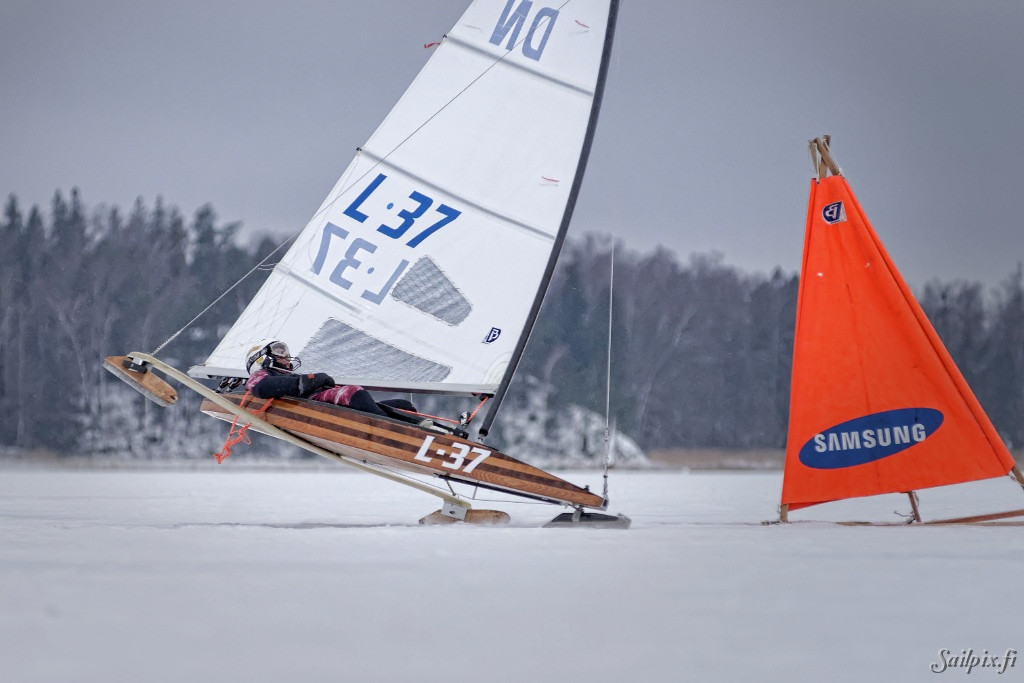 Sailpix first time visit to a DN ice yacht race. Finnish DN associations third ranking regatta organized by ESF with 17 ice yachts at Pikkalanlahti. On Sunday the wind was light, but got stronger to two last races from where the most photos are.